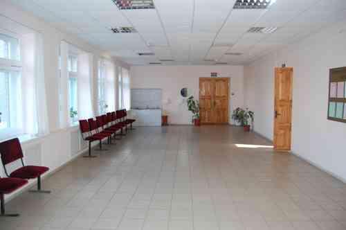 Первый этаж, вход в столовую и гардероб
